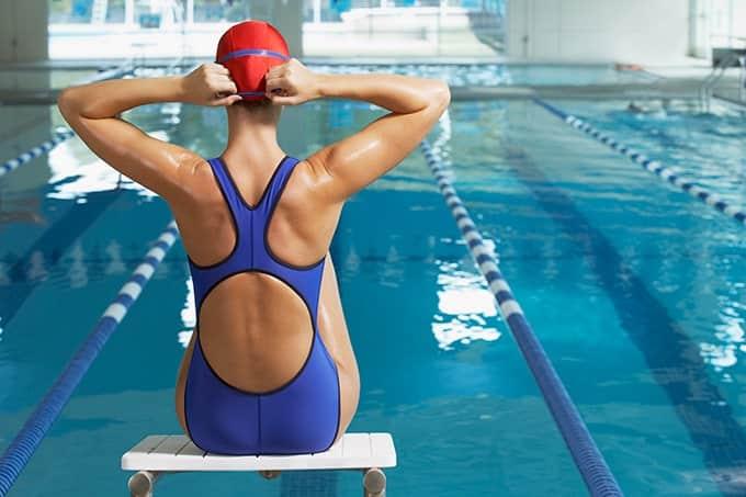 femme-nage-piscine